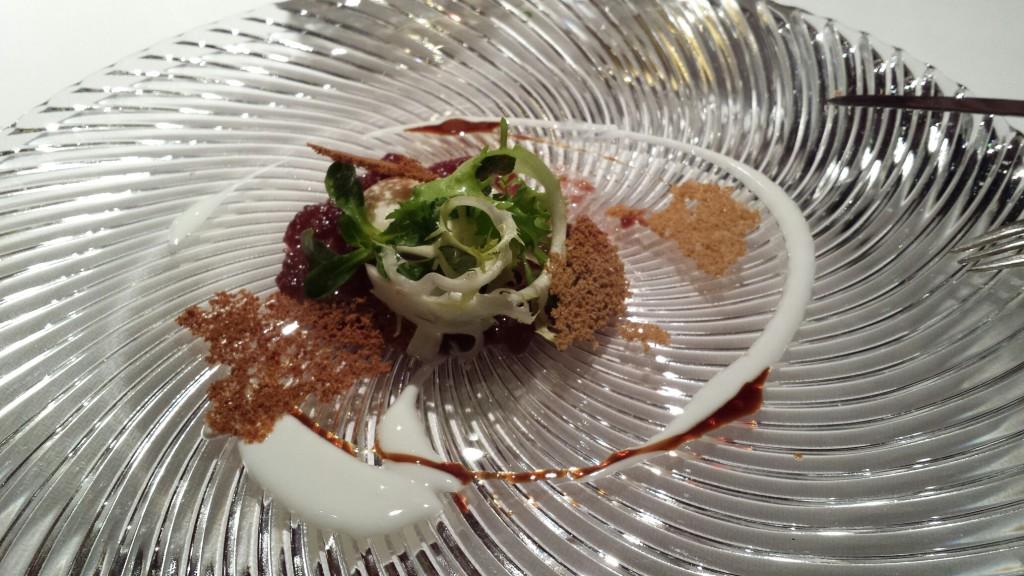 Mousse de Briat Savarin (un tip de brânză), cu crackers de muștar și sos de smochine și prune